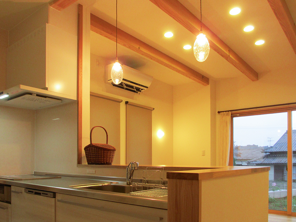 ガラスシェードがかわいいキッチンの照明。