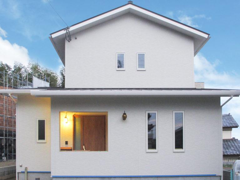 シンプルな切妻屋根に、水平ラインの下屋根を組み合わせたかわいい外観。