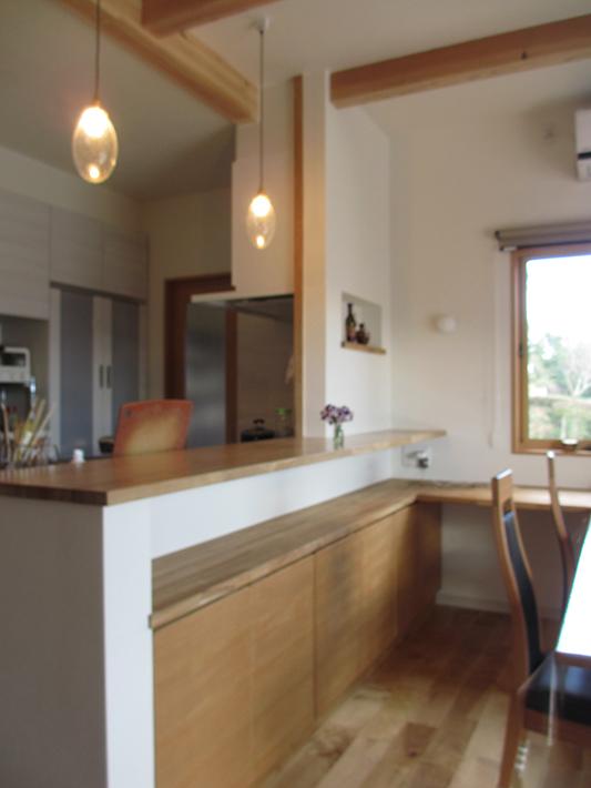 収納とカウンターが一体になった造り付け家具。