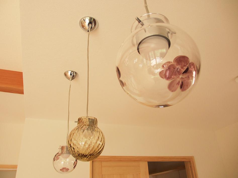 キッチンの照明器具はひとつひとつ違うデザインに。