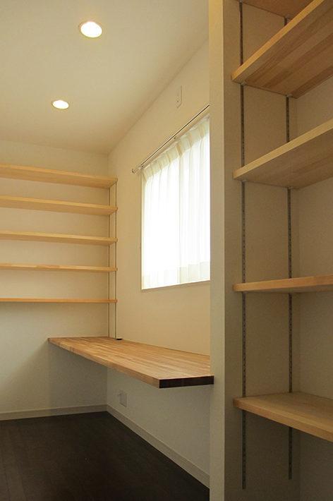 書斎はたっぷり書籍がしまえる造り付けの棚板がたくさん。