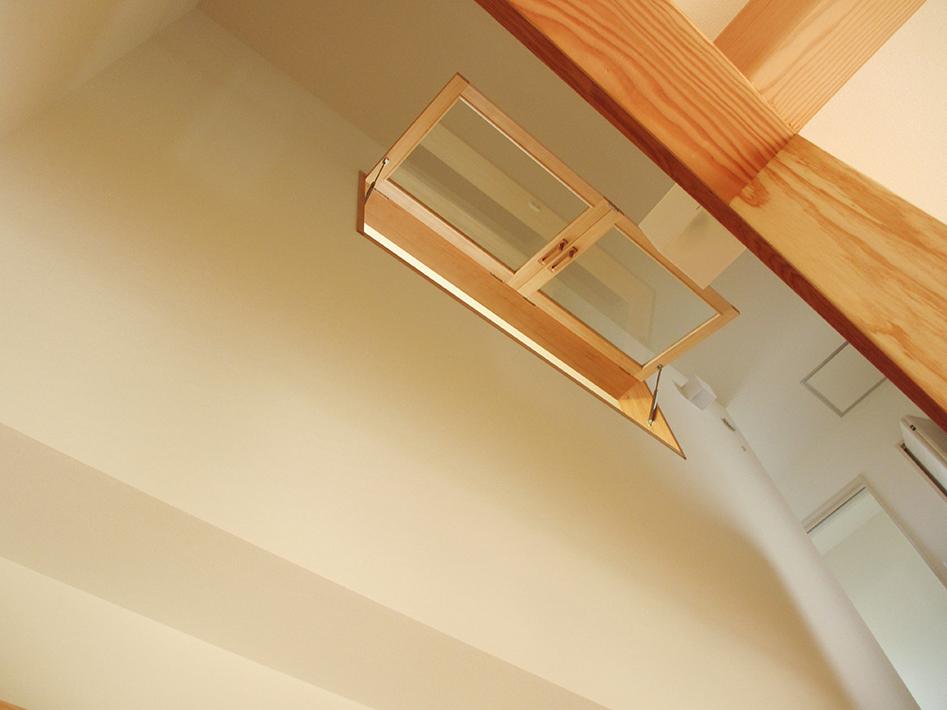 リビング階段から上を見あげると、2階の書斎とつながる窓。