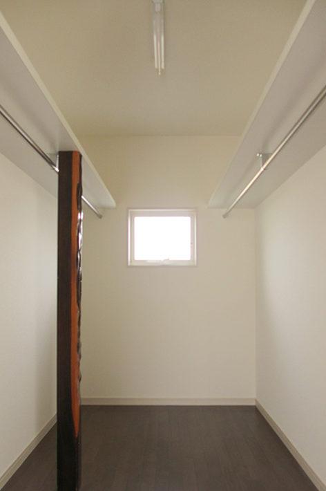 以前建っていた家の床柱を使用したWIC。