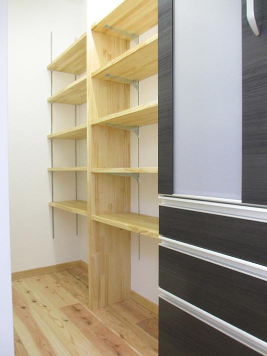 キッチン背面の大容量パントリー。