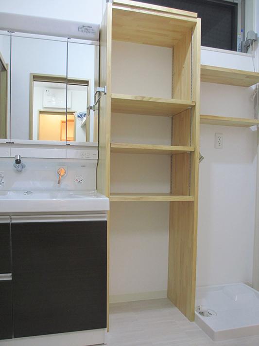 洗面化粧台と洗濯機の間に、造作棚を設けました。