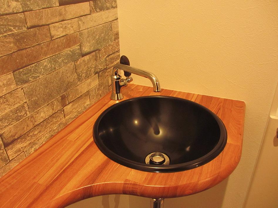 木製カウンタータイプのトイレ。