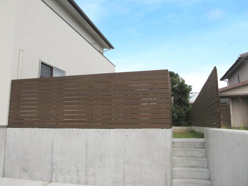 駐車場から庭へあがれる階段