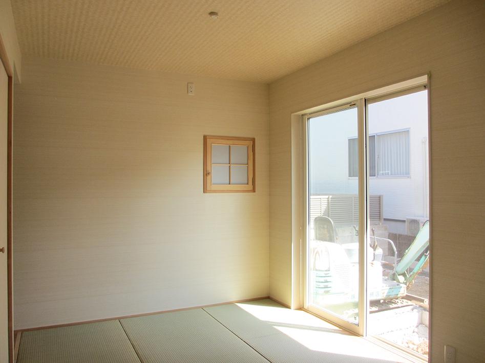 和室にある小さな小窓は書斎とつながる窓