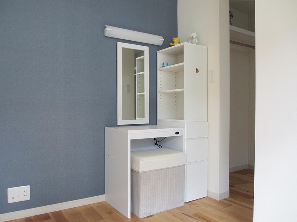 鏡と照明は工務店で取り付け、ドレッサーと棚はK様がネット通販で購入。