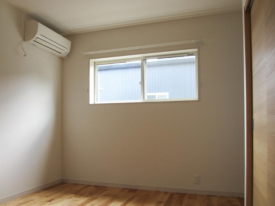 寝室の窓は外からの視線が気にならないよう高さ工夫しました。