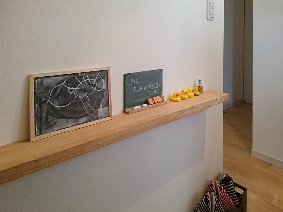 メモ書き用の黒板を玄関に置いて。