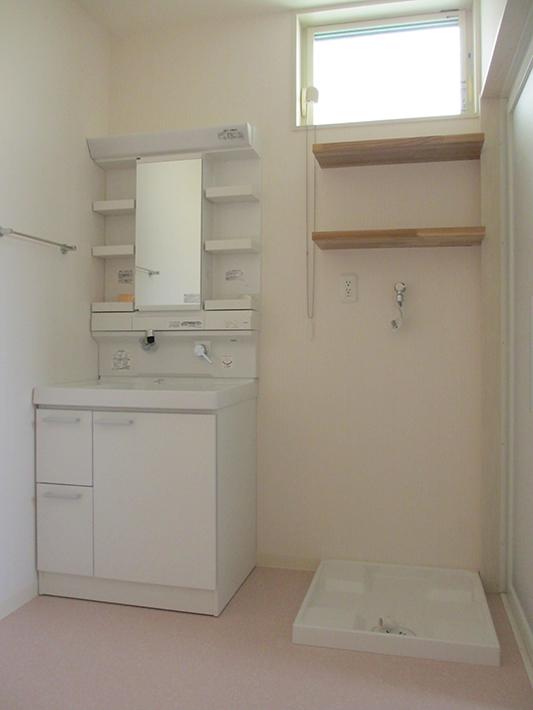 洗面脱衣所はプライバシー性と採光、採風を考えた高窓。