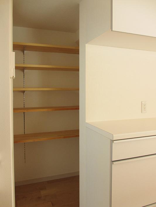 キッチン背面収納の奥は1畳弱のパントリー。