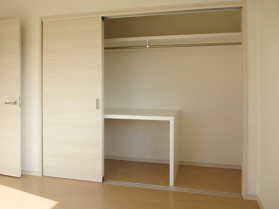 扉付きの1.5畳ある押入れ兼クローゼット。