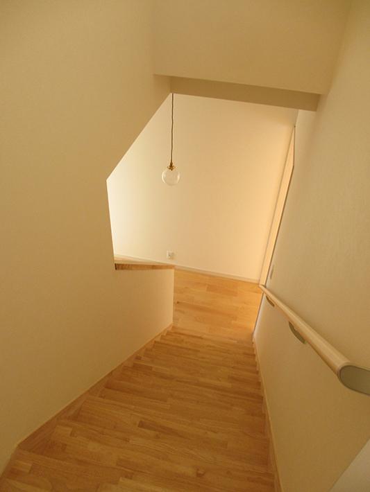 無垢材の階段は長年使っても丈夫です。