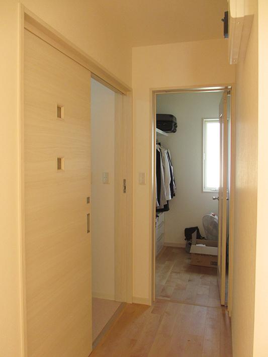 玄関ホールの裏。左手が洗面脱衣室で、正面がウォークインクローゼット。