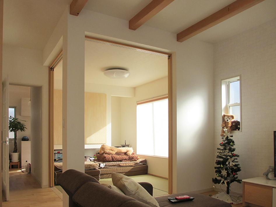 2方向に開口がある和室はリビングの一部として広く感じる。