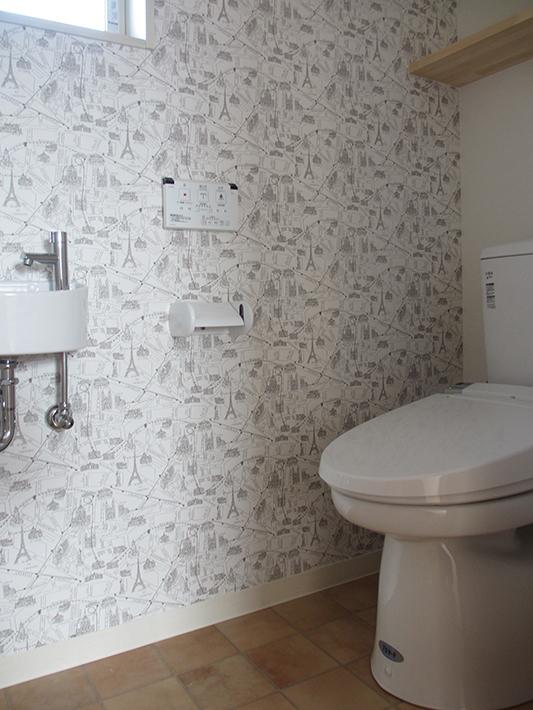 家族だけが使う二階のトイレは好きな柄の壁紙をチョイス。
