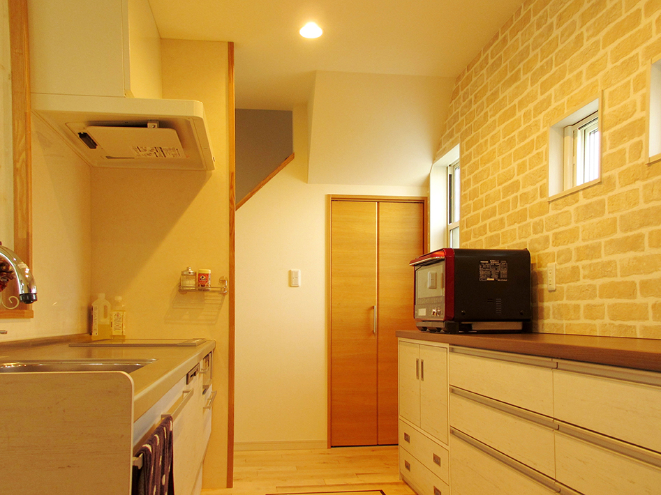 手持ちのものだを収納できるよう、キッチン背面収納は吊戸は設けずコンパクトに。