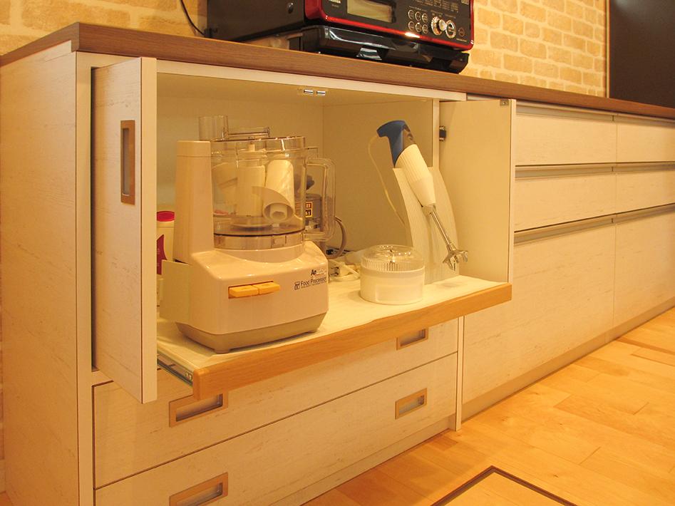 メーカー既製品のカウンター収納と、家具職人の収納家具を組み合わせたオリジナル。