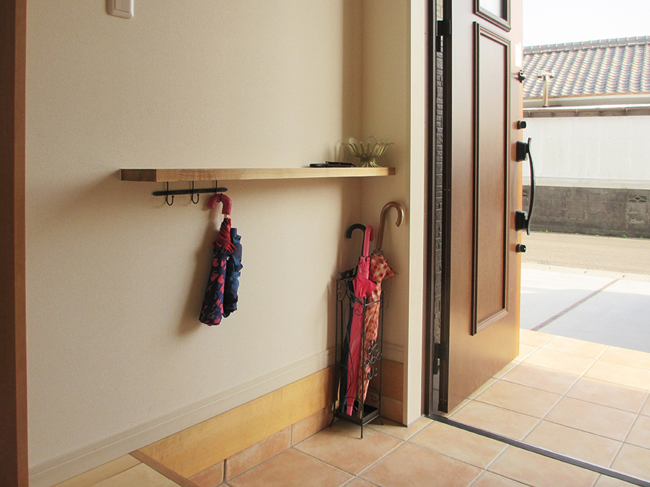 ちょうどいい高さにある奥行の小さいカウンターは手すりにもなるし、鍵置き場にも。
