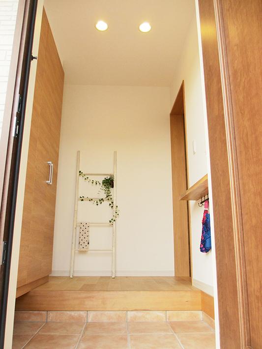 温かみのある優しい色使いの玄関。