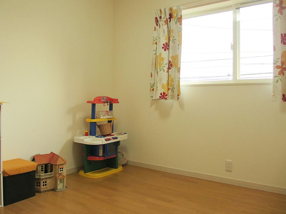 シンプルな子供室はどんなインテリアもあいやすそう。