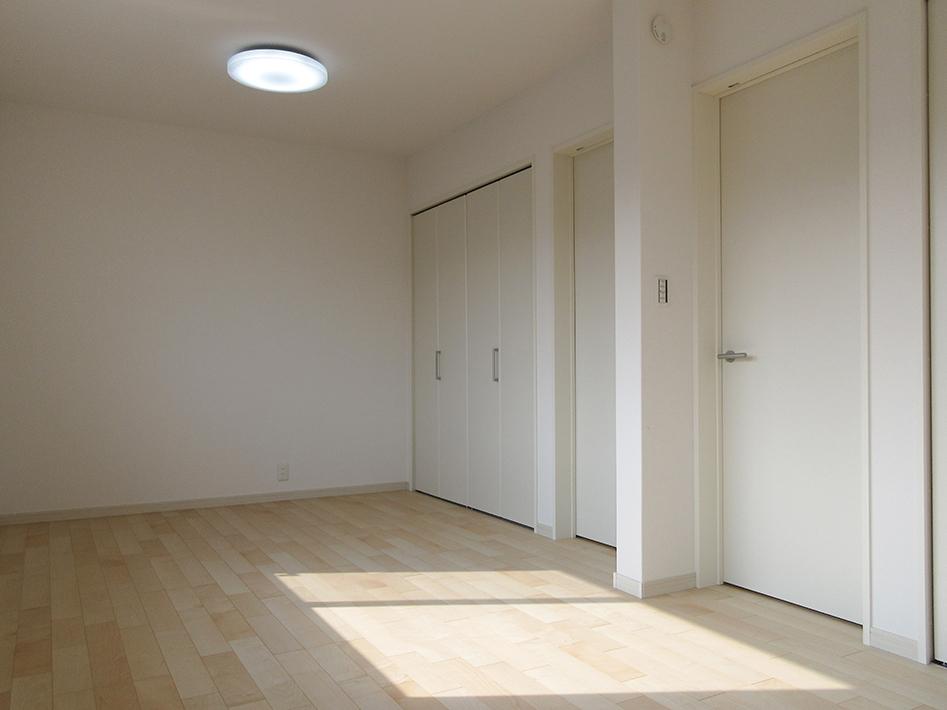 9帖の子供室はナチュラル明るいコーディネート。