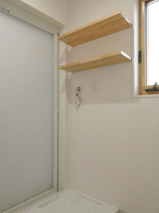 洗濯機上の棚板。上段は奥行深めで下段は奥行小さめ。