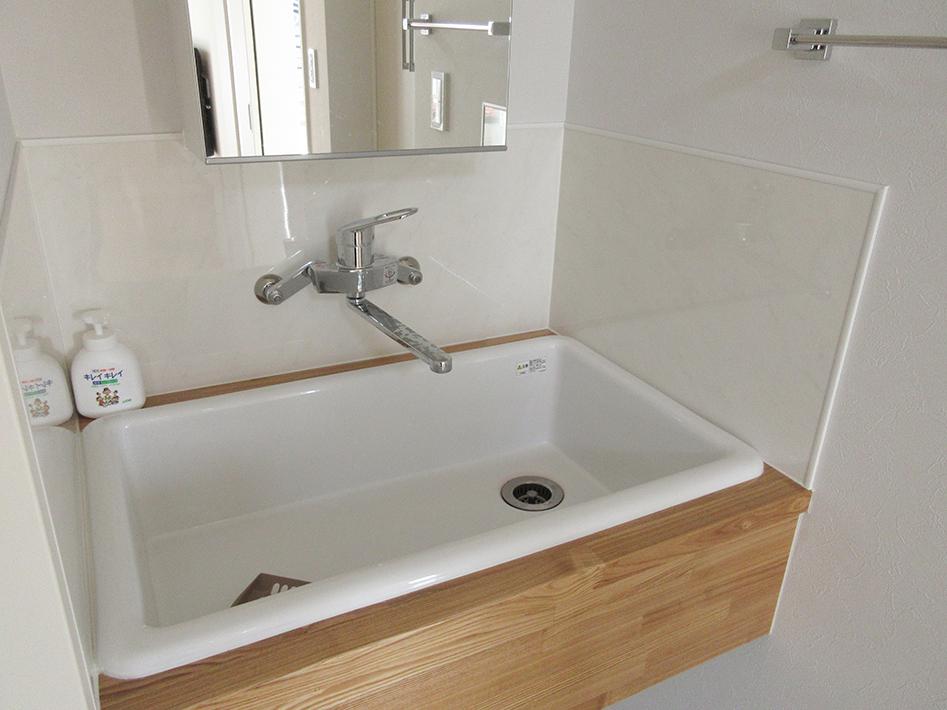 TOTO実験流しを使ったシンプルで実用的な洗面。