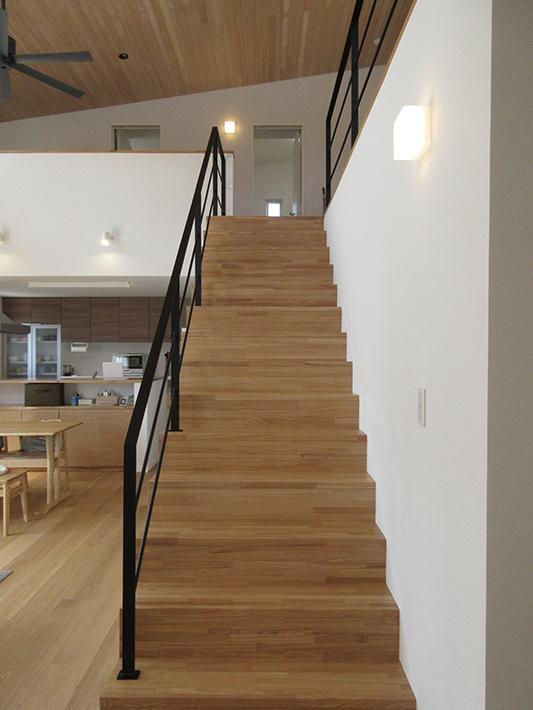 職人手作りのアイアン手すりがついた階段。