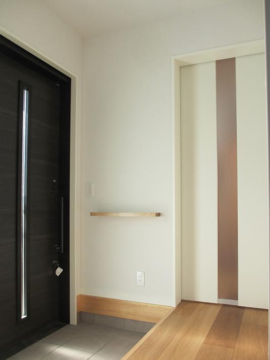 玄関にはおしゃれなニッチと鍵をおける手すり兼用の棚板も。