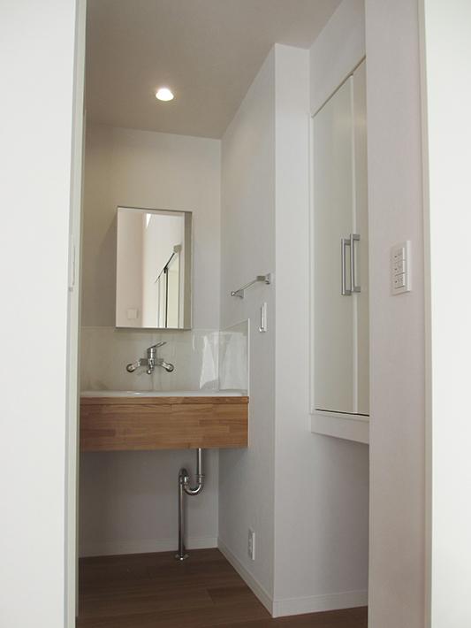 来客用トイレの隣にある洗面室。