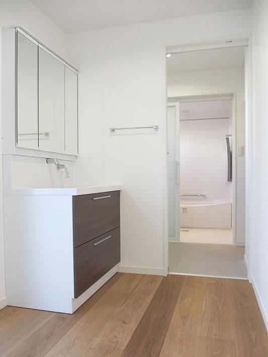 1階においた寝室から洗面化粧台、脱衣室、お風呂と使い勝手のよい動線になっています。
