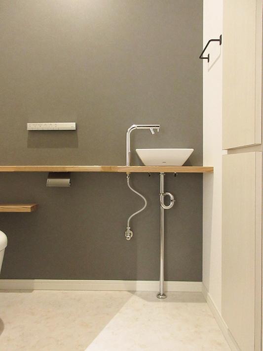トイレ収納は壁厚をいかした造作家具。