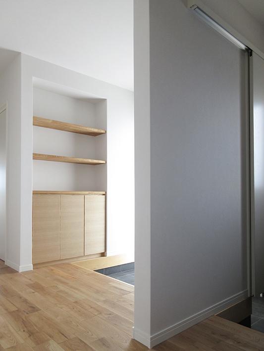 玄関収納には飾り棚とお客様用のスリッパを収納しています。