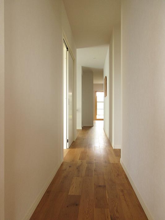 この廊下が全部屋をつなぐ通路兼、風の通り道に。