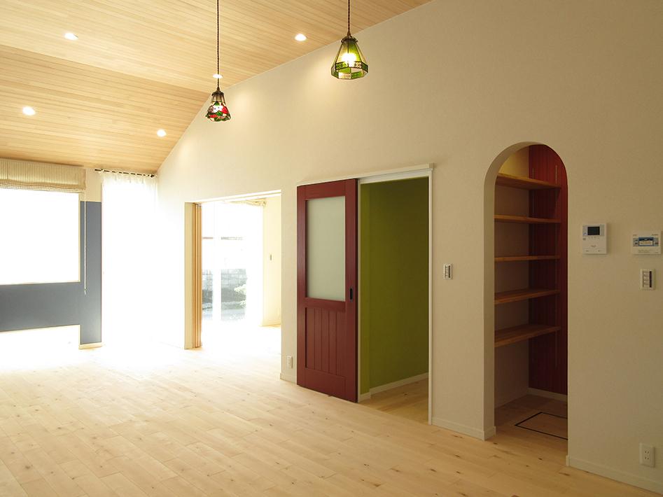リビングの入口は木製の赤いドア。