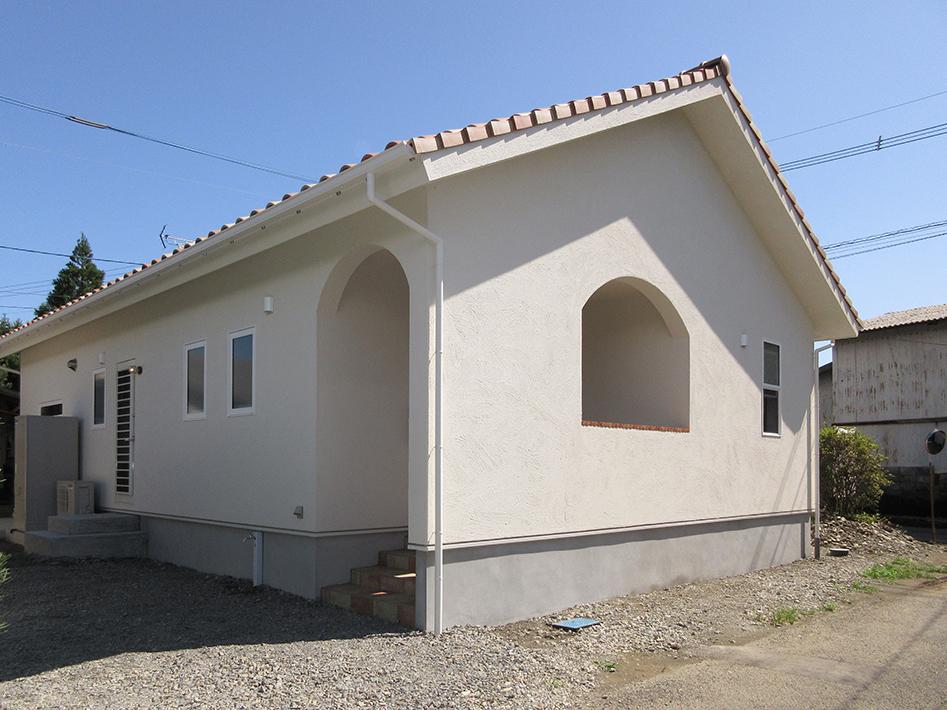 外壁仕上げは外張り断熱と一体化した天然石入りアクリル樹脂の塗り壁です。