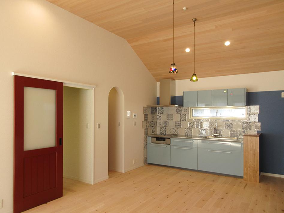 キッチンの扉はピアノ塗装仕上げで長い間使用しても丈夫なTOTO製品。