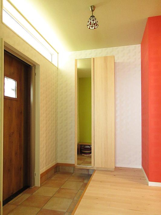 玄関ホールには木製のシューズボックスを設置。