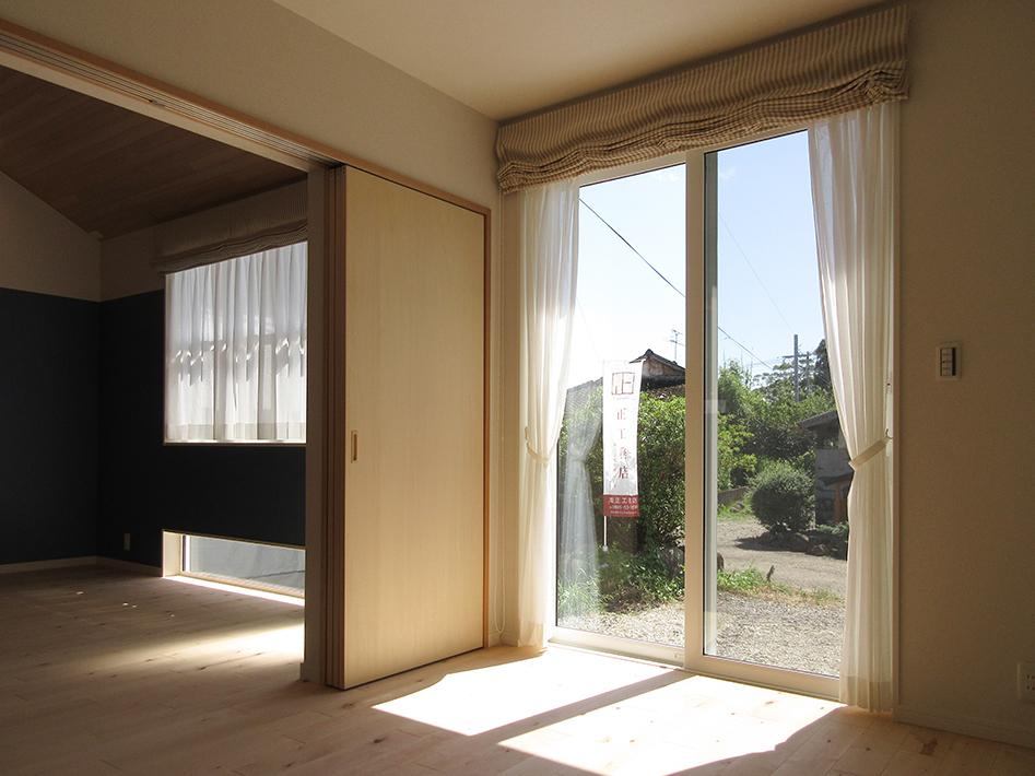 リビングとなりの洋室も南に面してさんさんと明かりが入ります。
