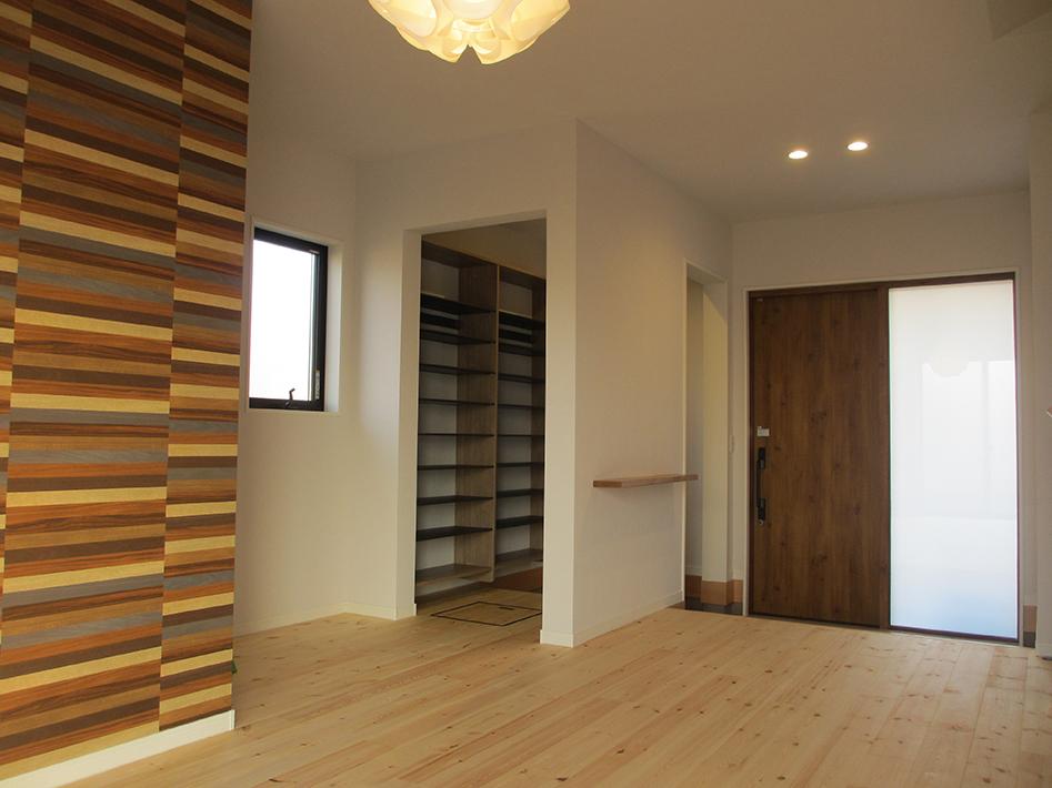 玄関ホールは応接室としても、第二のリビングにも使える。