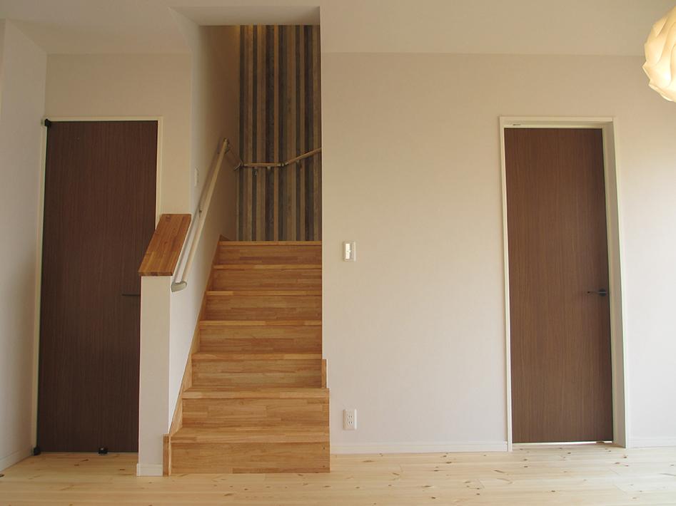 階段を挟んで両側に洋室の入口を配置。