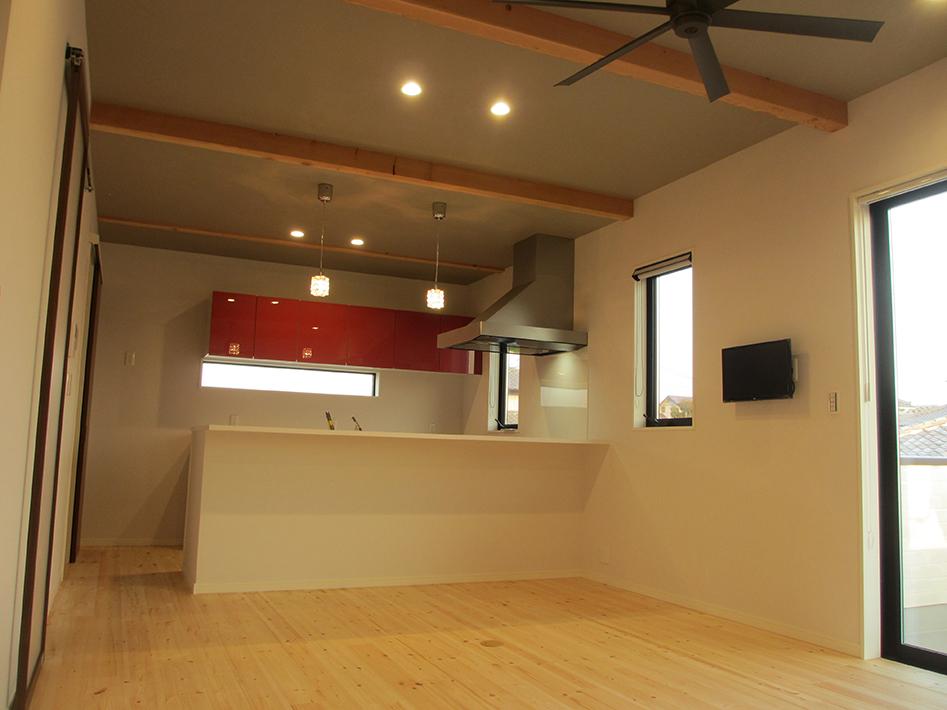 キッチンのサイドフードと水平ラインの吊戸がすっきりしたキッチンダイニング。