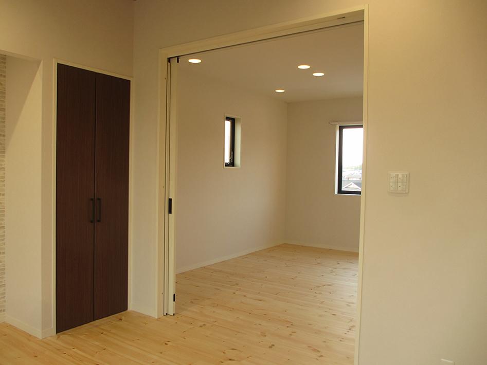リビングと隣接した洋室とは敷居をなくし、ワンルームマンションのような広い空間に。