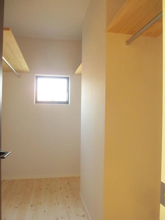 廊下に面した洗面室そばのウォークインクローゼット。