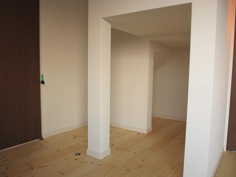階段下も無駄なく収納に活用。