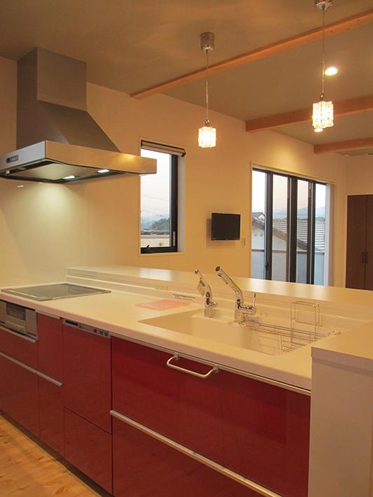 赤いキッチンは元気になりそう!