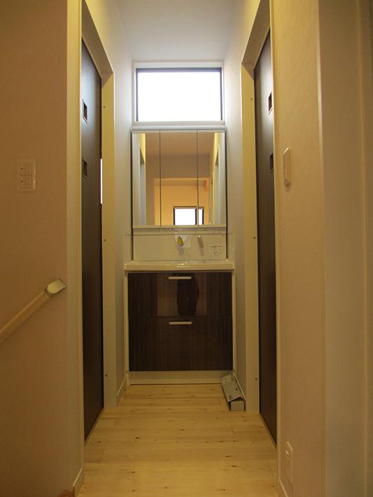 廊下の突き当りは洗面室。右側の扉は脱衣室とお風呂へ。左はトイレへ。